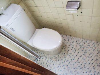 トイレの床がVの字に陥没してしまいました